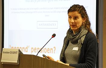 Anneleen licht het pensioenproject toe op een seminarie van de Federale Raad voor Duurzame Ontwikkeling